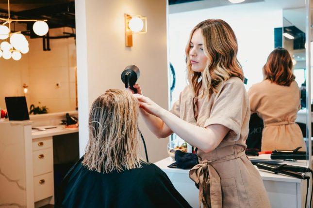 Få styr på lokkerne med et besøg hos en rigtig frisør
