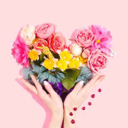 Find smukke buketter og dekorationer hos din lokale blomsterbutik online